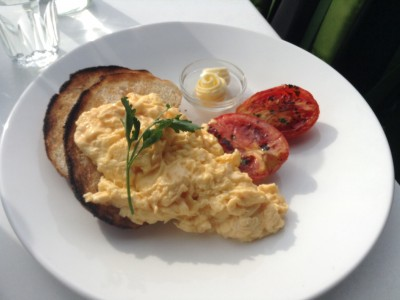 Scrambled eggs, grilled tomatoes, toast and butter